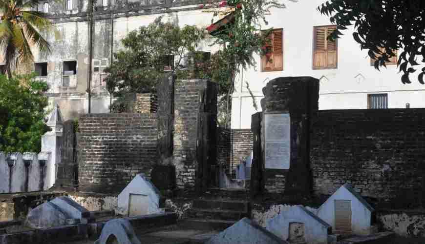 stone town zanzibar shirazi graveyard old persian (6)